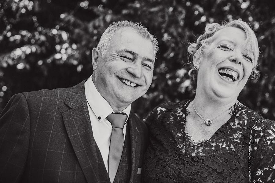 lachende Brauteltern