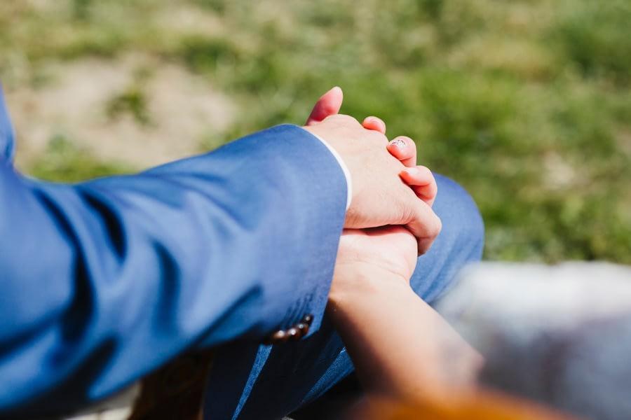 Hände haltendes Brautpaar