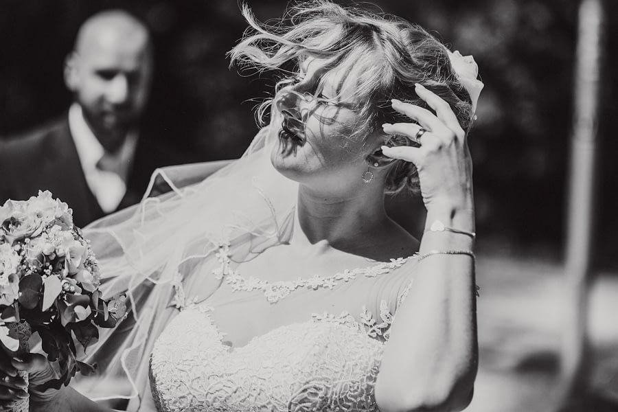 Braut kämpft mit dem Wind