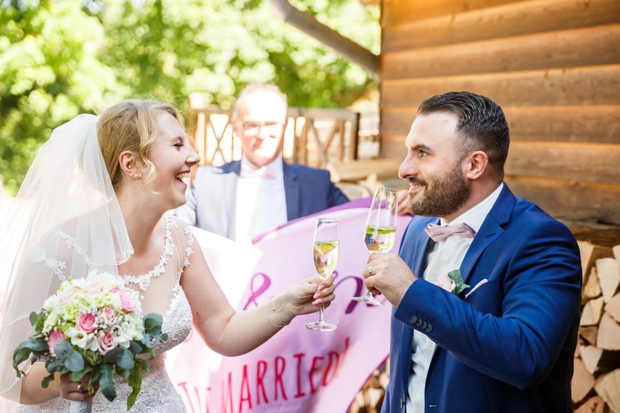 Brautpaar beim Anstoßen