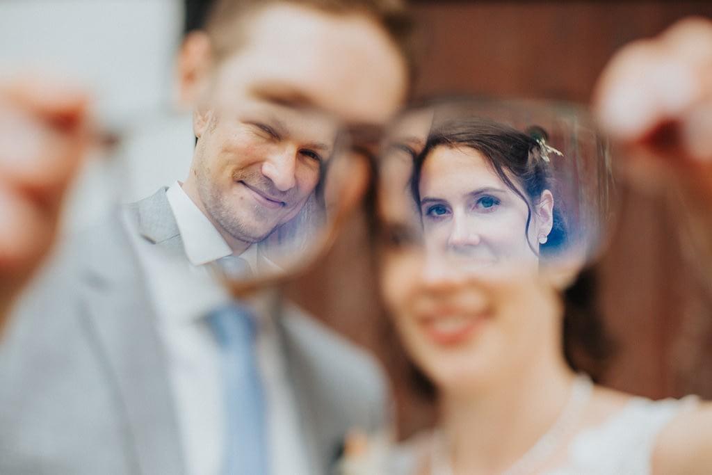 Hochzeitsfoto durch Brille