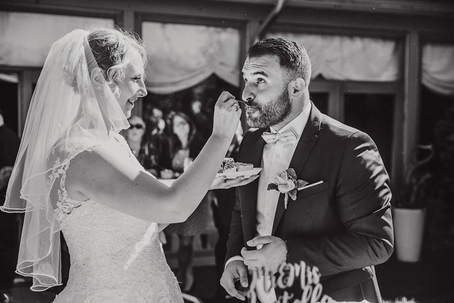 fütterndes Brautpaar